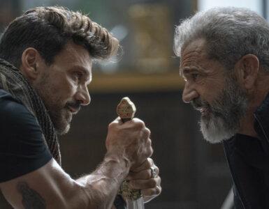 Frank Grillo und Mel Gibson stehen sich gegenüber und schauen sich in die Augen. Grillo hält dabei in beiden Händen einen Griff, der zu einem Schwert zu gehören scheint. - Boss Level