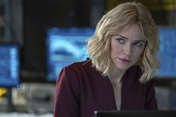 """Auf dem Bild sieht man eine Szene aus """"Boss Level"""" mit Naomi Watts. Diese blickt skeptisch und seitlich auf jemanden oder etwas außerhalb des Bildes."""