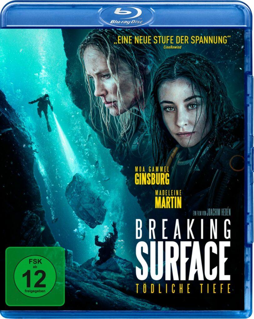 Das Filmposter zu Breaking Surface - Tödliche Tiefe zeigt auf der rechten Seite die beiden Halbschwestern Ida (Moa Gammel) und Tuva (Madelaine Martin) und im restlichen Teil den gefahrvollen Abstieg in die Untiefen des Meeres.