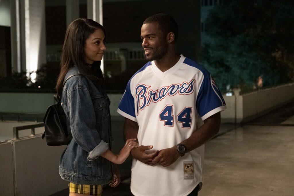 """Zwischen Kaycee (Corinne Foxx) und Ray Ray (Jay Reeves) bandelt sich etwas in """"Bruderherz"""" an. Beide stehen sich nahe und schauen sich innig an. Kaycee hat dabei ihre rechte Hand auf der von Ray."""