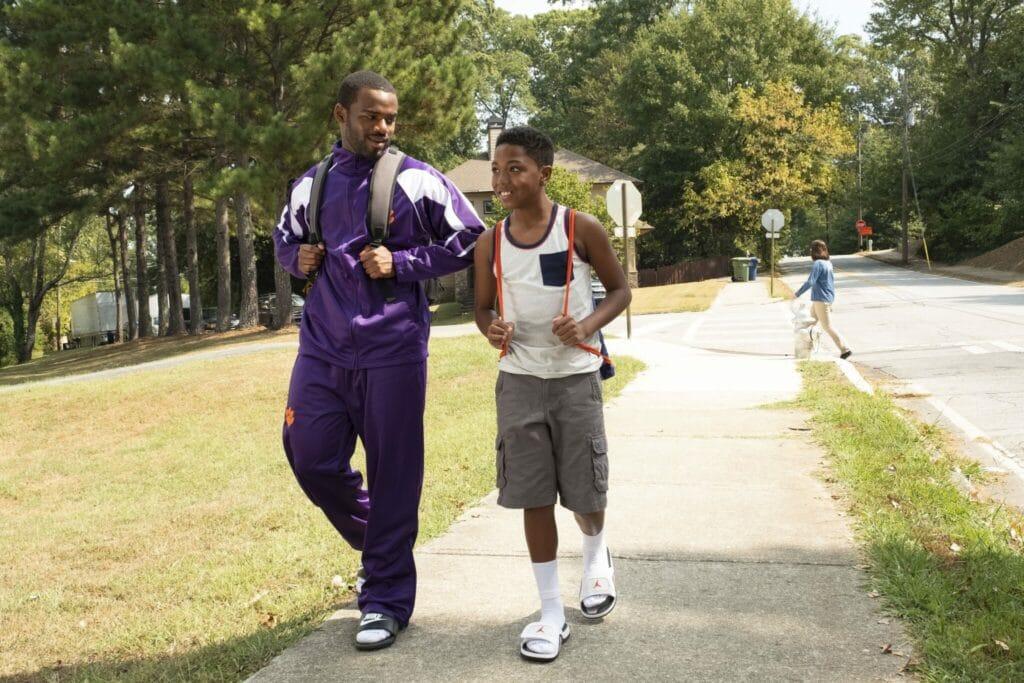 """Die Brüder Ray (Jay Reeves) und Fahmarr (Thaddeus J. Mixson) spazieren über den Campus in """"Bruderherz""""."""