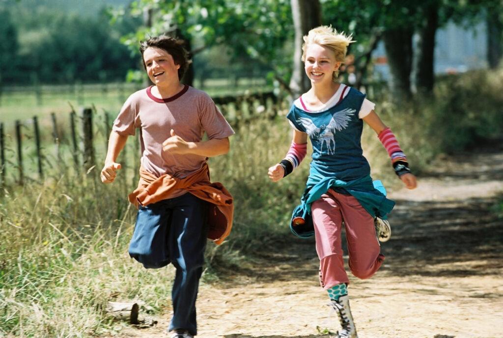 """Jess (Josh Hutcherson) und Leslie (AnnaSophia Robb) rennen um die Wette. - """"Brücke nach Terabithia"""""""