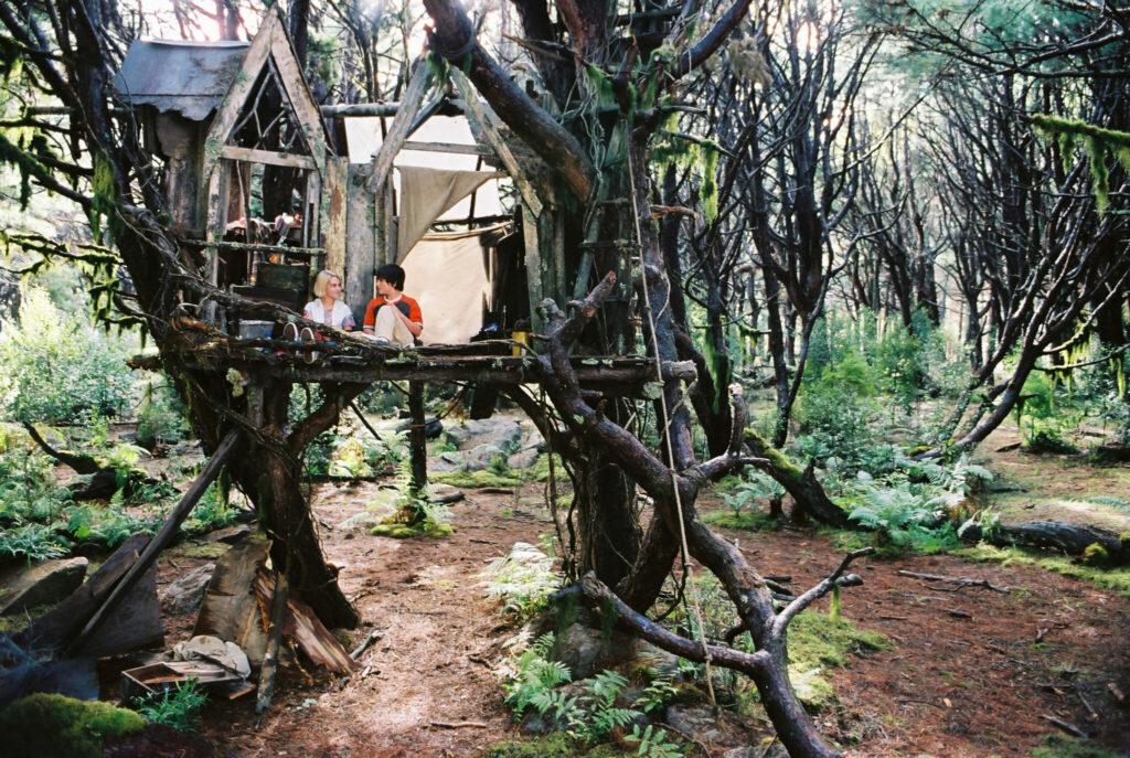 """Leslie (AnnaSophia Robb) und Jess (Josh Hutcherson) sitzen in ihrem """"Schloss"""". Dieses ist ein heruntergekommenes Baumhaus. - """"Brücke nach Terabithia"""""""