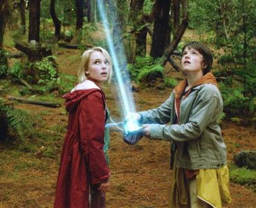 """Vor Leslies (AnnaSophia Robb) und Jess' (Josh Hutcherson) Augen eröffnet sich eine neue Welt. Jess öffnet eine Geldtasche und aus dieser tritt ein leuchtender Strahl heraus, der in den Himmel ragt. Beide schauen dem Strahl hinterher. - """"Brücke nach Terabithia"""""""