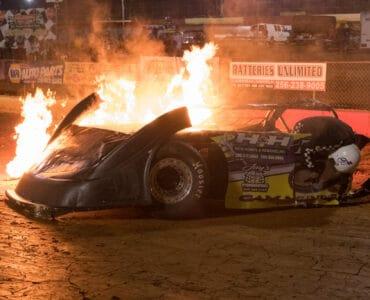 Nach einem Unfall geht ein Rennwagen in Burning Speed - Sieg um jeden Preis in Flammen auf.