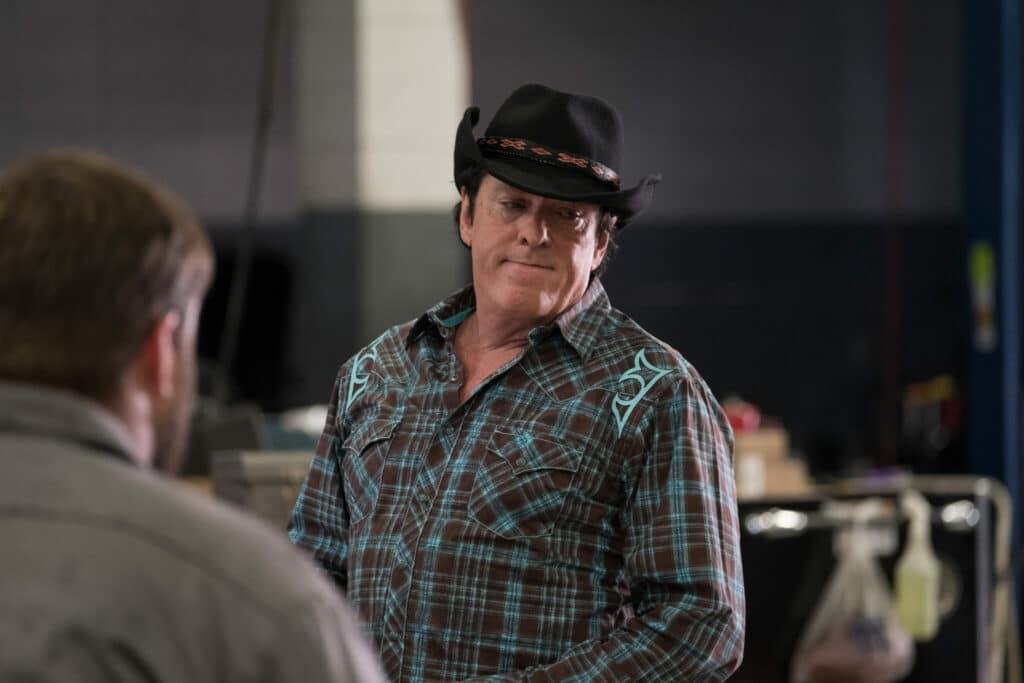 Linsky, gespielt von Michael Madsen, spricht in seiner Werkstatt mit einem Mitarbeiter.