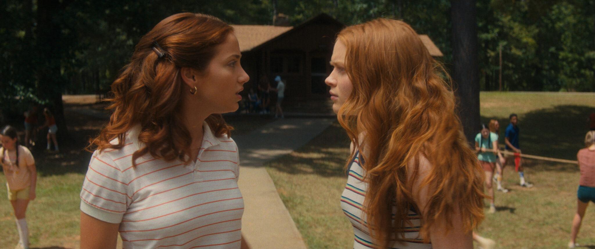 Emily Rudd und Sadie Sink als die Geschwister Ziggy und Cindy Berman, die sich streitend gegenüberstehen.