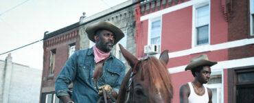 Idris Elba in Uniform hoch zu Pferde - Neu auf Netflix im April 2021