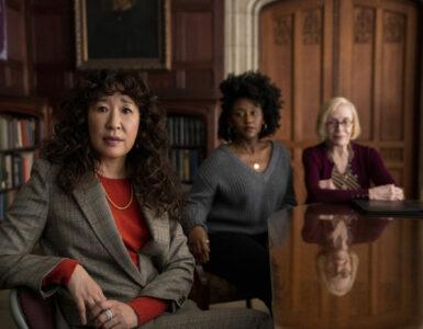 Drei Frauen an einer Holztafel, Sandra Oh, Nana Mensah, Holland Taylor (von links nach rechts)