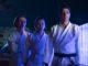 Karate-Lehrer Ralph Macchio posiert mit seinen Schülern im Neonlicht - Neu auf Netflix im August 2020