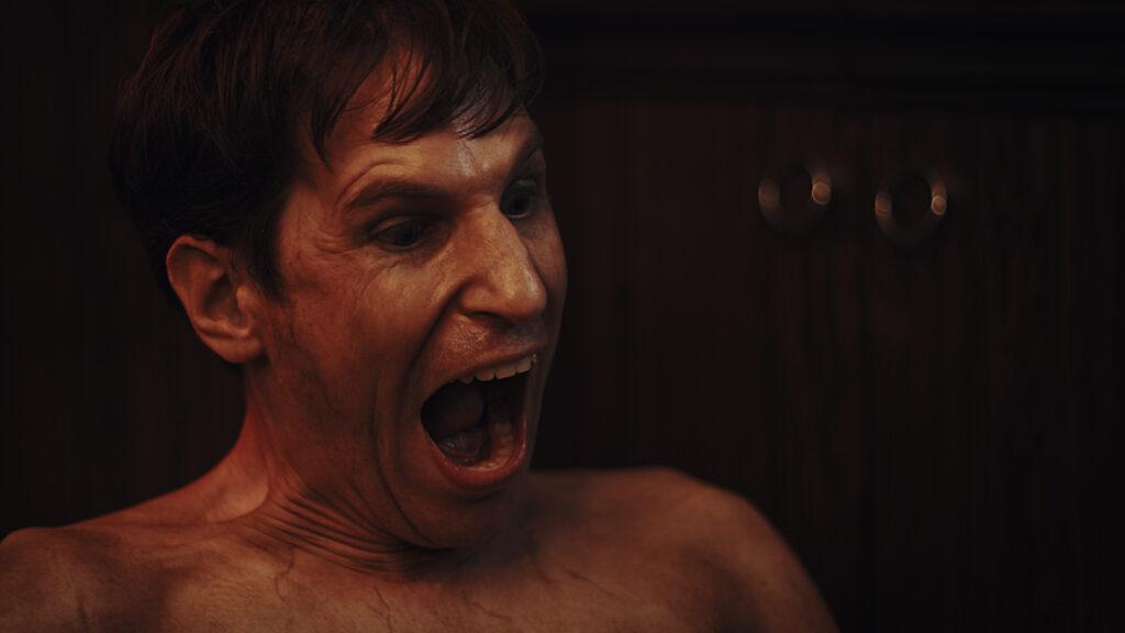 Matthew C. Vaughan als Ted in Cat Sick Blues schreit mit vor Anspannung verzerrtem Gesicht seine Wut heraus