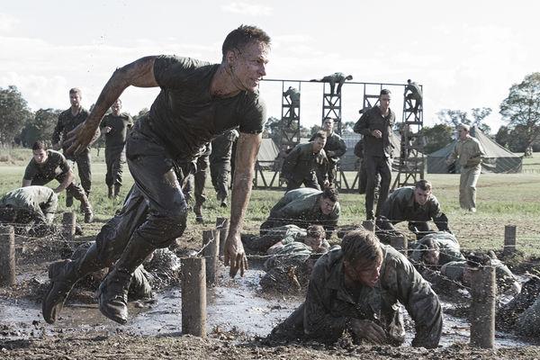 Die Soldaten mühen sich in der Übung durch den Matsch unter Stacheldraht hindurch in Hacksaw Ridge - Die Entscheidung