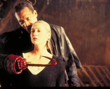 Tony Todd als Candyman steht hinter Annie Tarrant und bedroht sie mit dem Haken an ihrer Kehle.