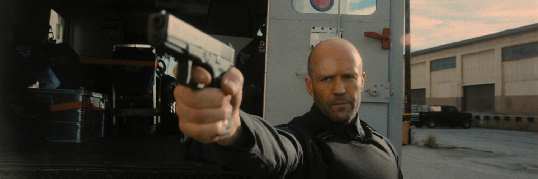 H zielt mit seiner Pistole