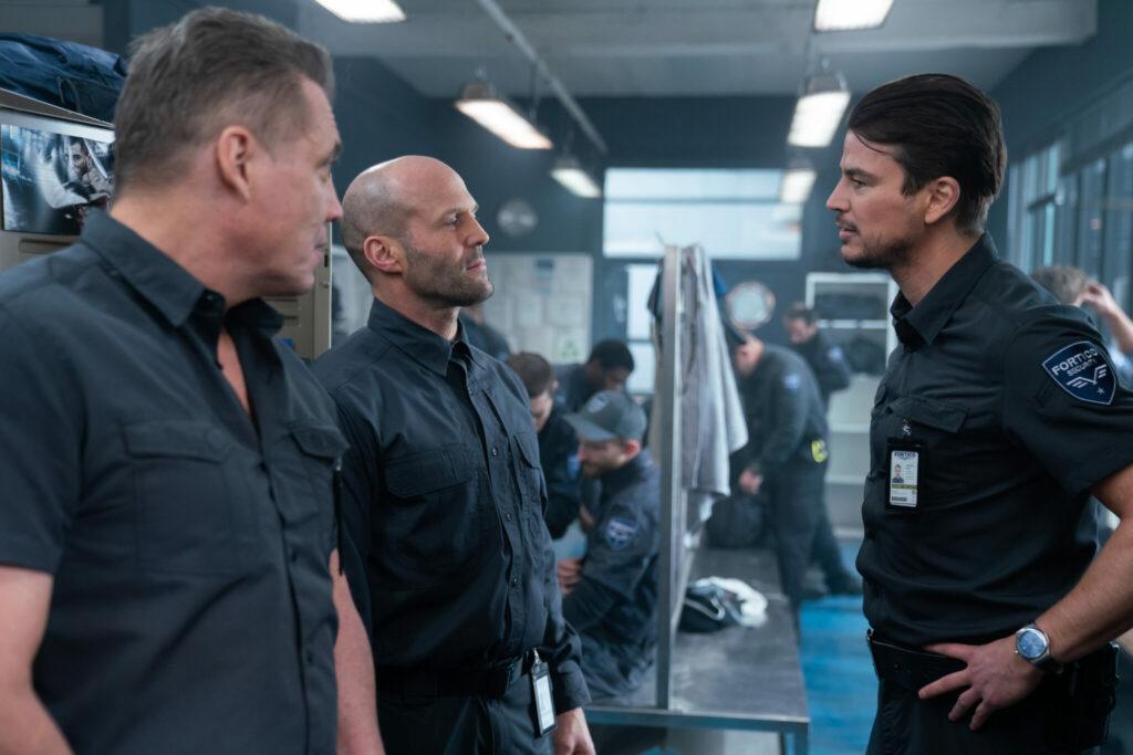 In der Umkleidekabine wird Jason Statham seinen Kollegen Josh Hartnett vorgestellt, während Holt McCallany von der Seite beäugt - Cash Truck