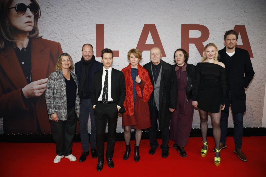 Cast und Crew auf dem roten Teppich bei der Premiere von Lara