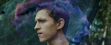 In Chaos Walking werden die Gedanken sichtbar. Hier sieht man es, wie Todd (Tom Holland) in die Ferne blickt und seine Gedanken in Form einer Wolke um ihn schweifen.