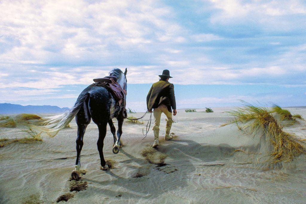 Chato begibt sich auf eine einsame Flucht. | CHATOS LAND © Capelight Pictures
