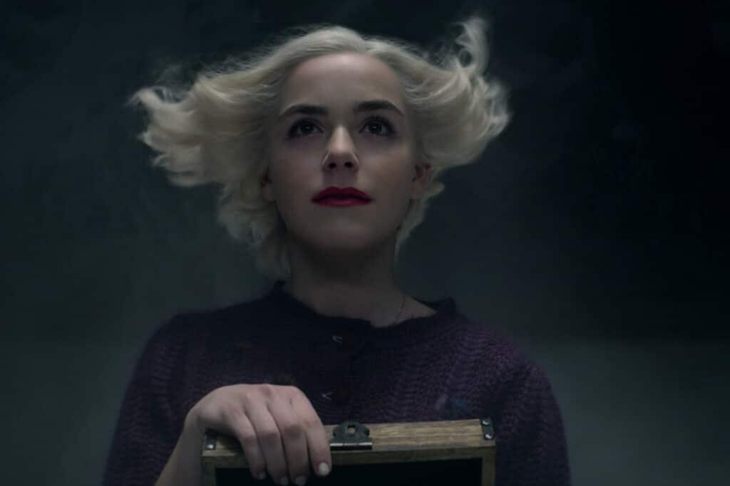 Sabrina ist zufrieden und in ihrem Element; sie ist gerade wieder am Zaubern, die Macht kündigt sich durch einen Windzug an, der ihr durchs Haar fegt - Neu auf Netflix im Dezember 2020