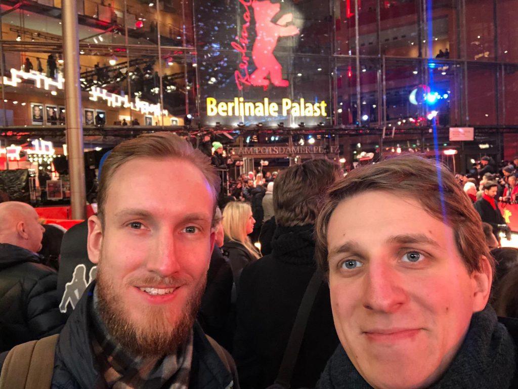 Chris (links) und Stefan am Roten Teppich der Berlinale. Ihre Erfahrungen werden sie sicher auch noch in unserem Podcast Filmfrühstück - Ein Toast auf den Film mit euch teilen.