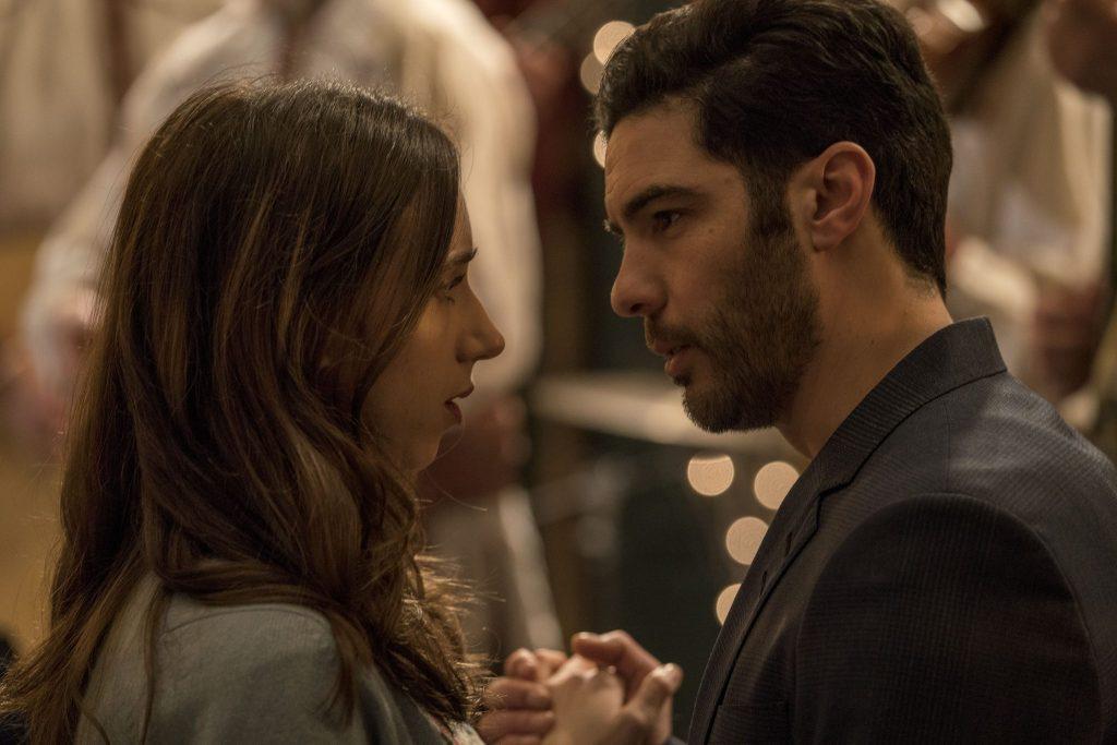 Clara (Zoe Kazan) macht überraschenderweise interessante neue Bekanntschaften z.B. den elegnaten Marc (Tahar Rahim) in The Kindness Of Strangers © 2019 Alamode Film