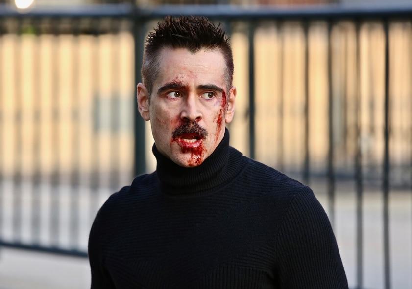 """Colin Farrell spielt in """"Code Ava - Trained to Kill"""" Simon. Für diesen scheint nicht alles nach Plan zu laufen. Sein Gesicht ist blutverschmiert. Besonders am linken Auge und von den Lippen läuft das Blut runter. Er blickt dabei besorgt auf etwas außerhalb des Bildes."""