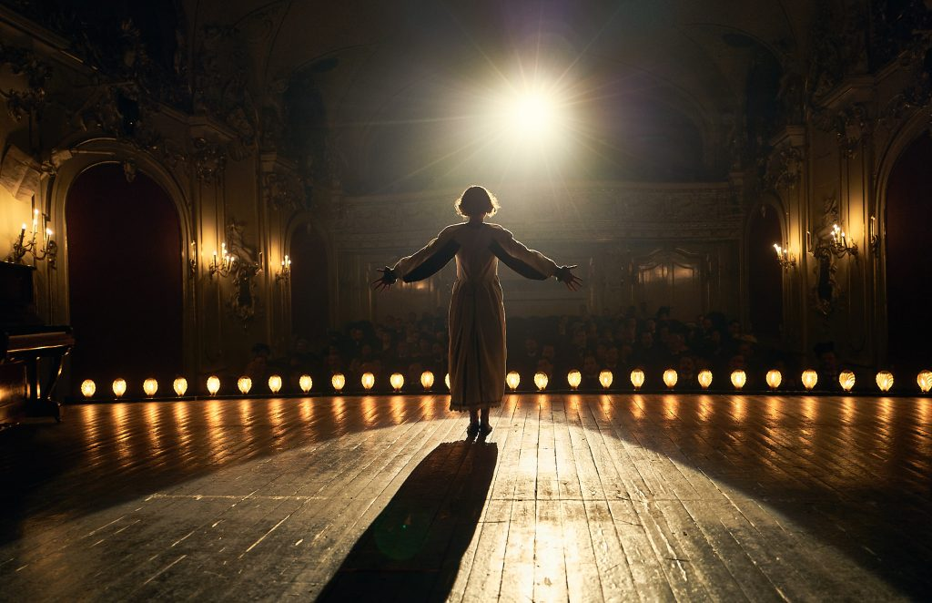 Colette (Keira Knightley) lässt sich als Varietékünstlerin feiern ©DCM Film Distribution