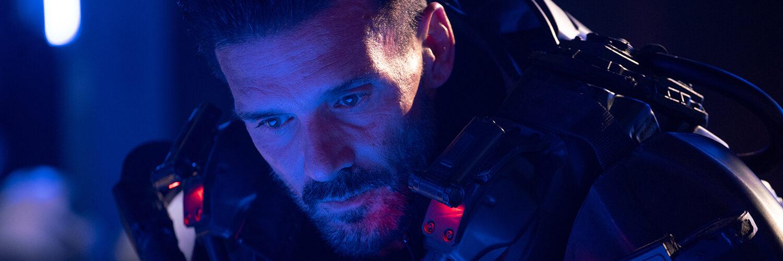 General Ryle (Frank Grillo) blickt nachdenkend in die Ferne.