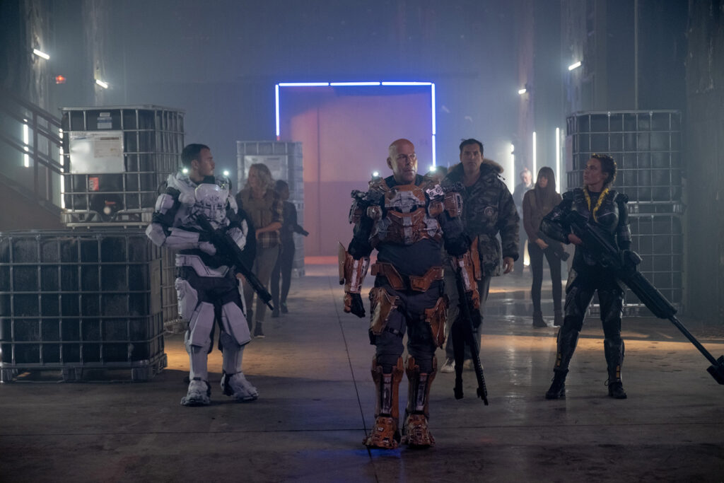 James Ford (Bruce Willis) betritt mit seinem Team eine Lagerhalle.