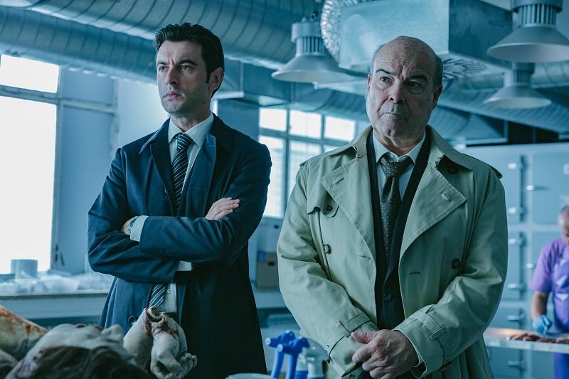 Der junge und der alte Ermittler stehen vor der Leiche in der Autopsie und warten auf die Ergebnisse - Neu auf Netflix im August 2020