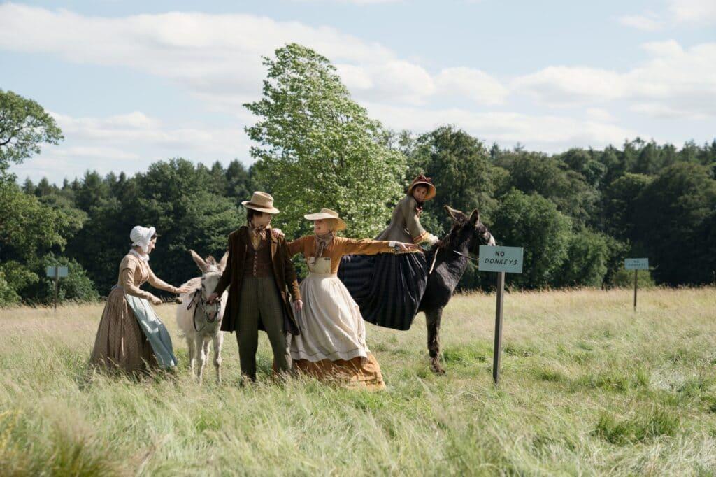 Tilda Swinton versucht in David Copperfield - Enmal Reichtum und zurück als Betsey Trotwood immer wieder Ausflügler mit ihren Eseln von ihrer Wiese zu vertreiben.