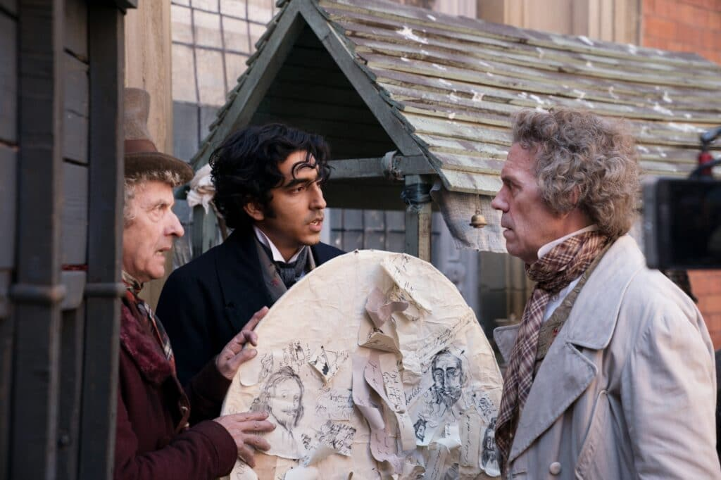 David, gespielt von Dev Patel, und Micawber, gespielt von Peter Capaldi, drücken in David Copperfield - Einmal Reichtum und zurück Mr. Dick, gespielt von Hugh Laurie, den Drachen mit seinen Gedankennotizen in die Hand, damit er ihn steigen lassen kann.