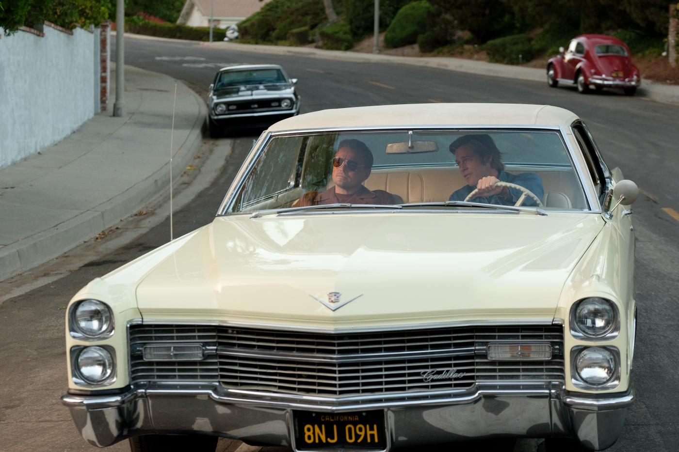Thema im Filmpodcast wird natürlich auch Once Upon a Time… in Hollywood sein. Hier sind Leonardo DiCaprio und Brad Pitt gemeinsam im Auto zu sehen © 2019 Sony Pictures Entertainment Deutschland GmbH