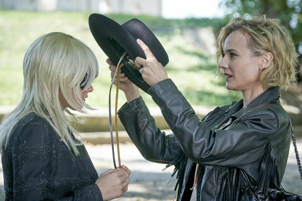 Eva (Diane Kruger) setzt JT (Kristen Stewart) einen Hut auf in Zu schön um wahr zu sein - die JT LeRoy Story