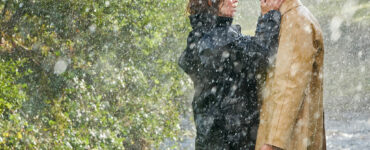 Emily Blunt als Rosemary Muldoon und Jamie Dornan als Anthony Reilly verliebt im Regen