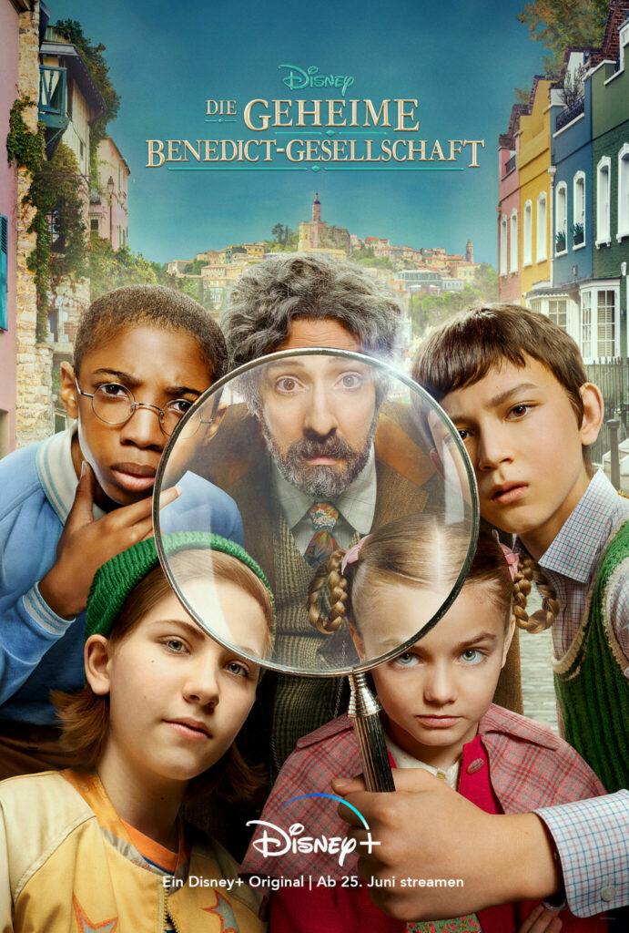 Cover zu Die geheime Benedict-Gesellschaft. Vier Kinder und ein älterer Mann schauen durch ein großes Lupenglas © Disney