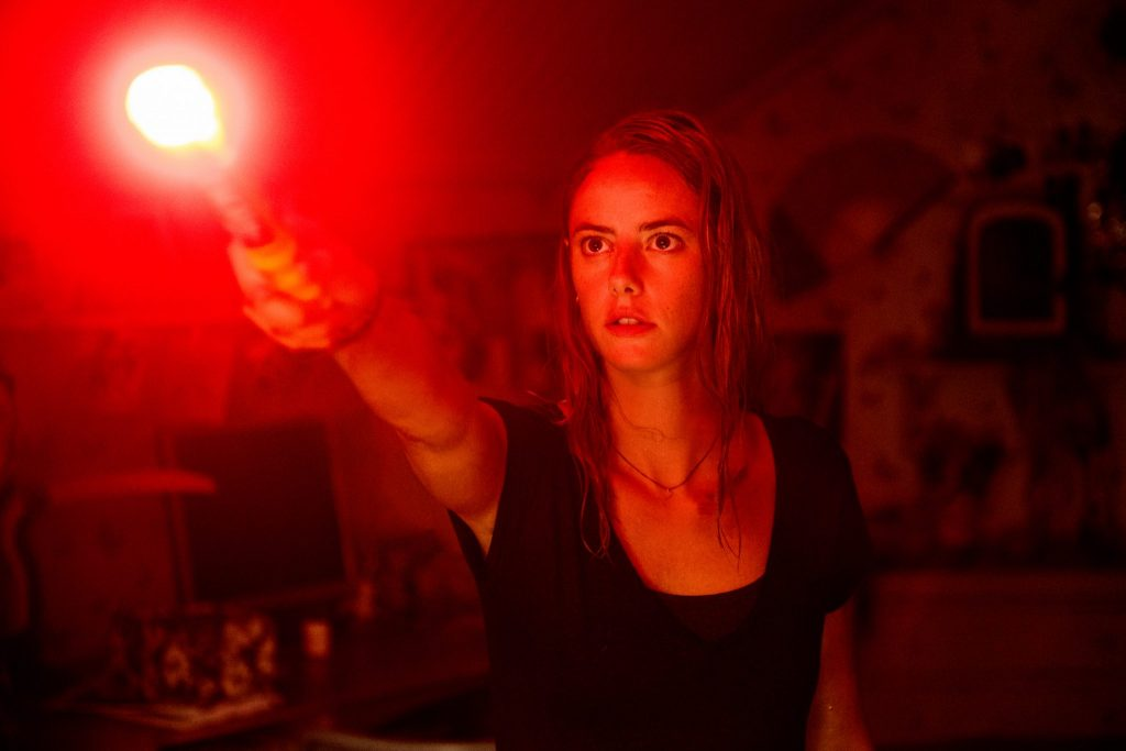 Haley (Kaya Scodelario) mit erhobener Leuchfackel in Crawl. © Paramount Pictures