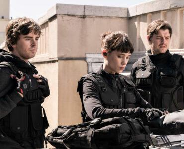 """Thom (Freddie Highmore), Lorraine (Astrid Bergès-Frisbey) und James (Sam Riley) beginnen die Mission. Alle drei sind in schwarzer Einsatzkleidung und stehen scheinbar auf einem Dach und blicken von diesem herab. - """"Crime Game"""""""