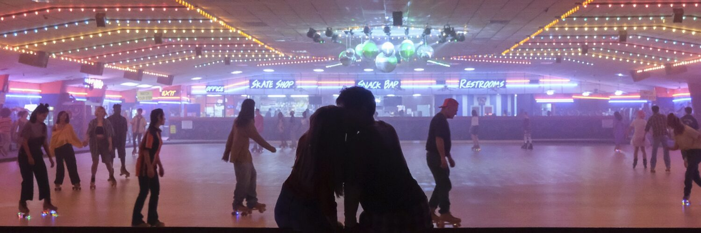 Kuscheln am Rande der neonbeleuchteten Rollschuhbahn, 90s-Vibes par excellence - Neu bei Prime im August 2021