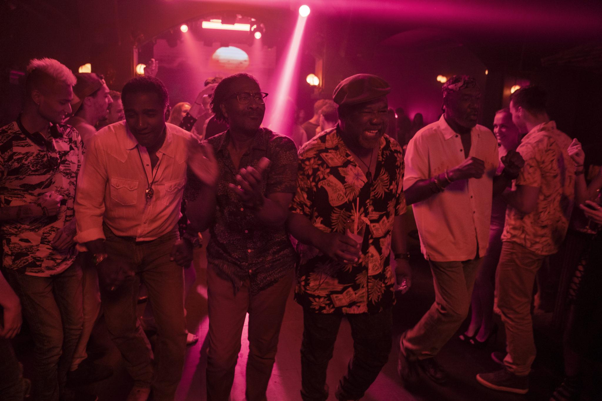 Die gealterten Exsoldaten feiern in einem Club in Vietnam