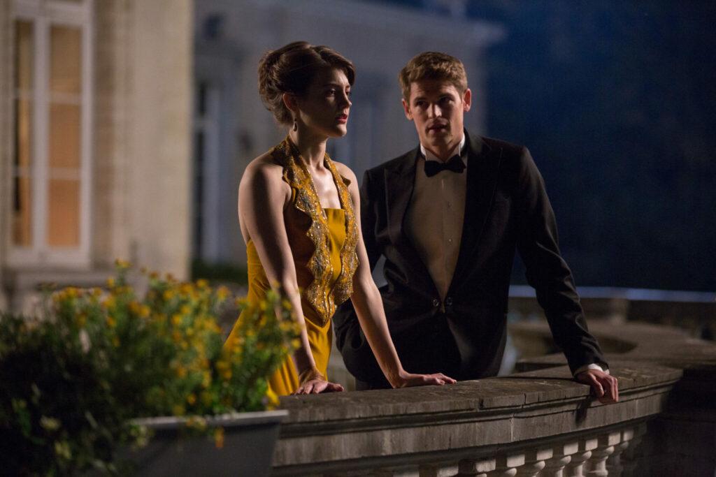 Antonia Brico (Christanne de Bruijn) und Frank (Benjamin Wainwright) stehen auf einem Balkon und schauen sehr verliebt aus.