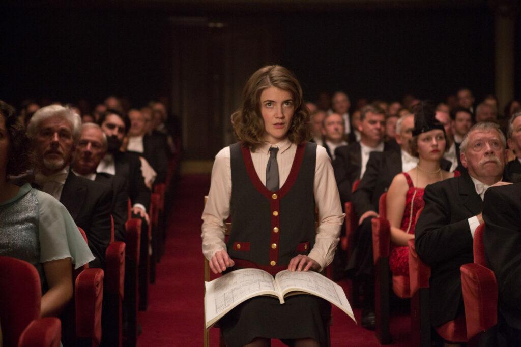 Schauspielerin Christanne de Bruijn sitzt direkt vor der Bühne in der Oper.