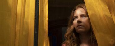 Anna sieht aus dem Fenster | The Woman in the Window