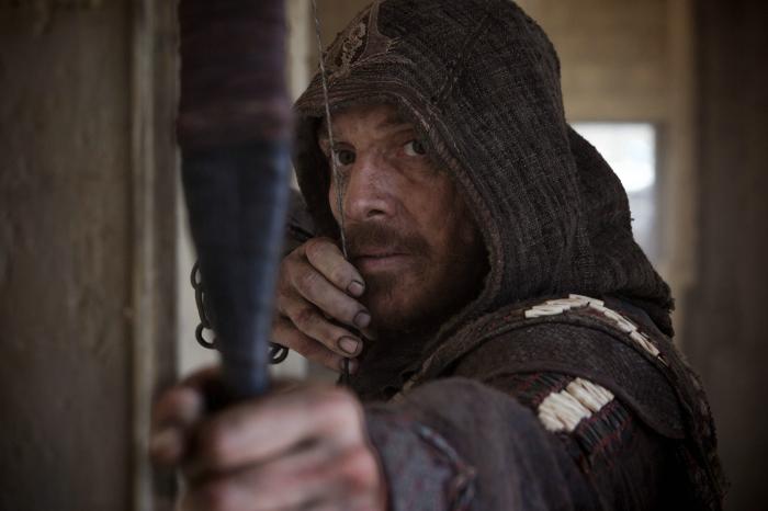 Michael Fassbender zielt mit den Bogen in Assassins Creed