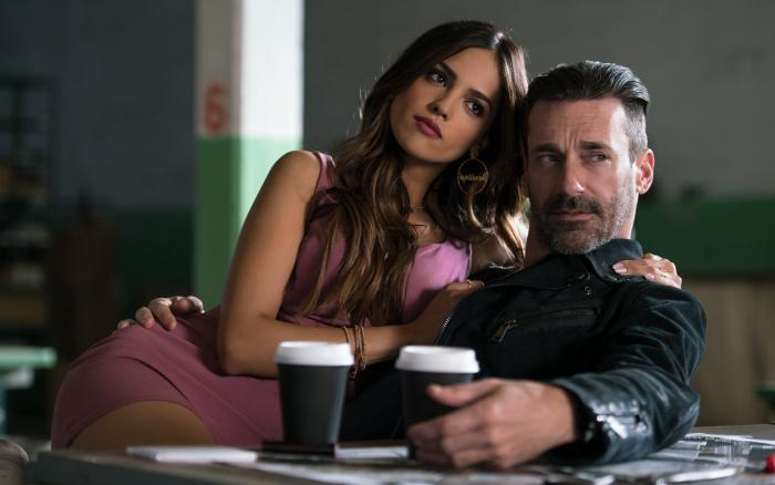 """Eiza Gonzalez als """"Darling"""" und Jon Hamm als """"Buddy"""" lauschen den Plänen in """"Baby Driver"""""""