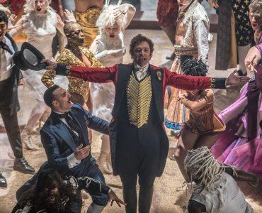 """Hugh Jackman als """"P. T. Barnum"""" mit seinem Ensemble in """"Greatest Showman"""" © 20th Century Fox"""