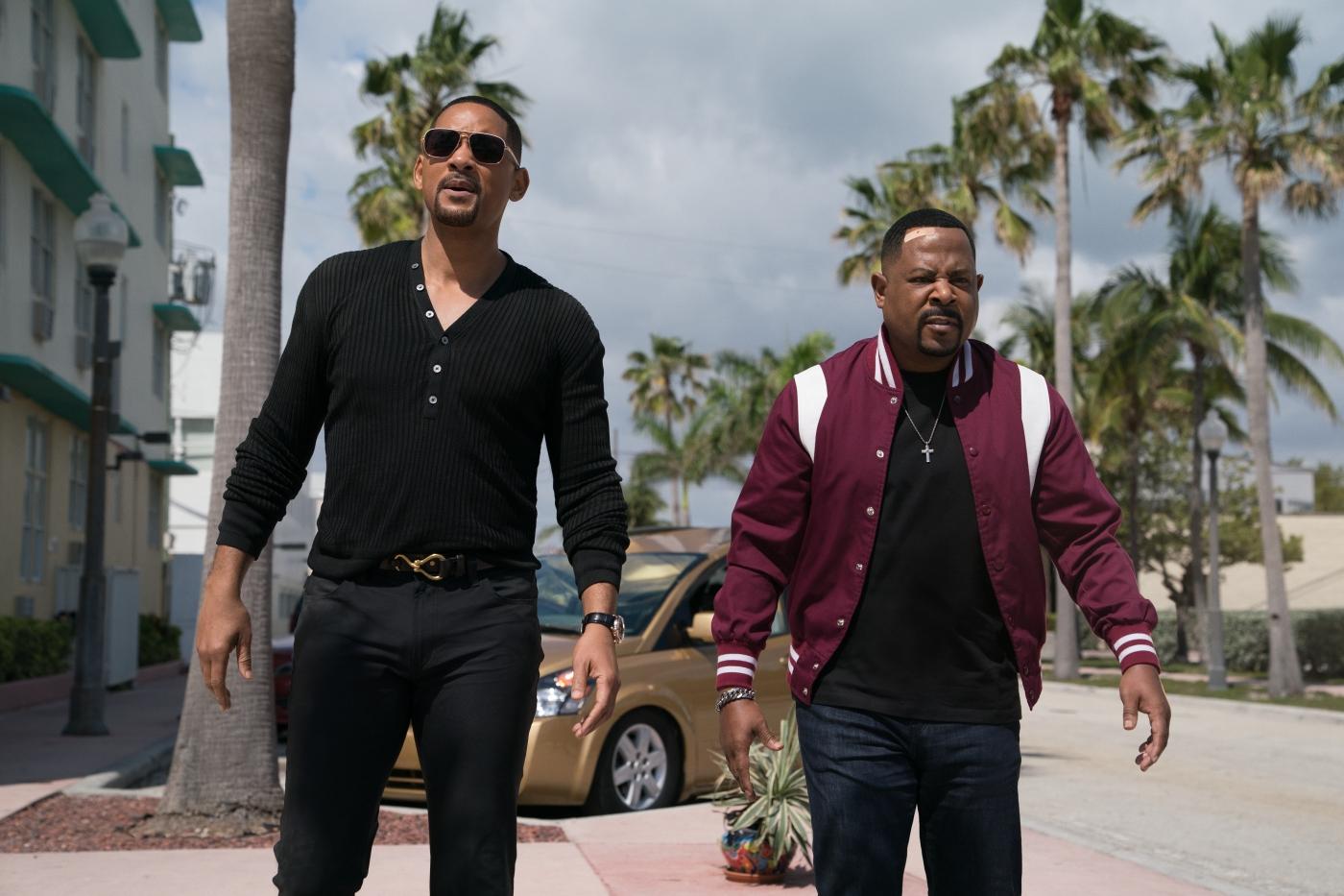 Die beiden bad Boys stehen auf der Straße vor einem Auto