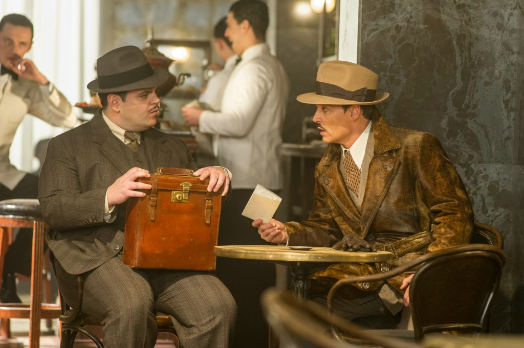"Josh Gad und Johnny Depp als ""Hector MacQueen"" & ""Edward Ratchett"" in ""Mord im Orient Express"" by 20th Century Fox"