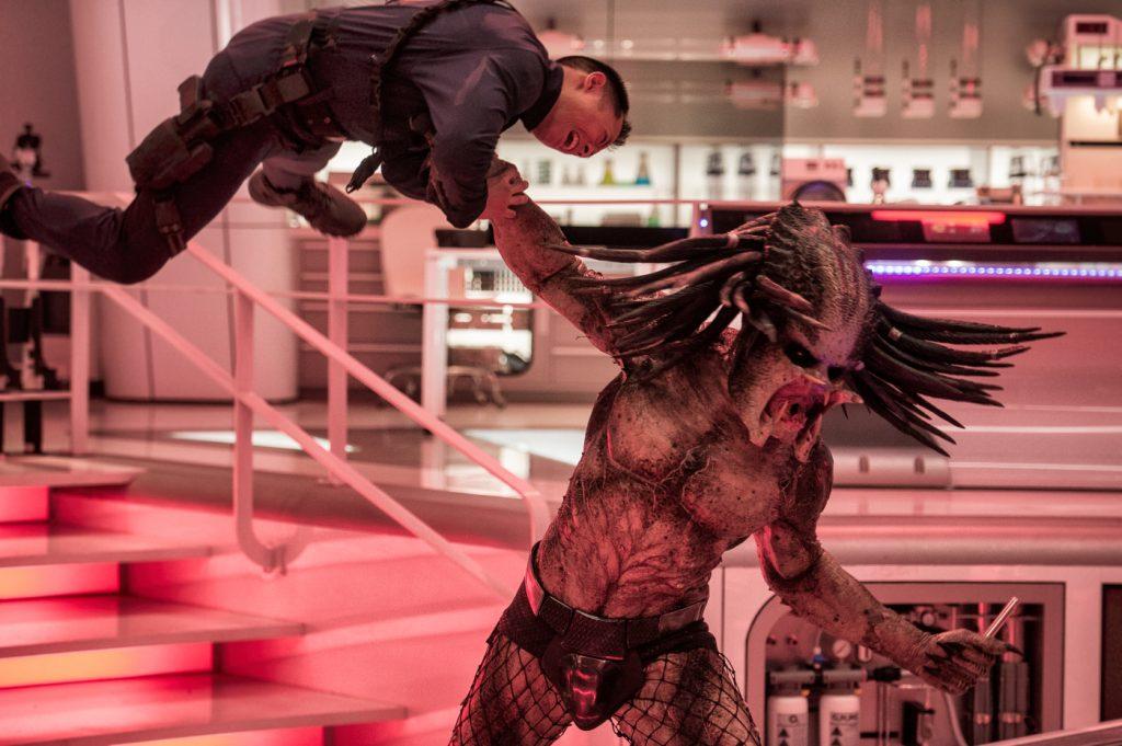 Der Predator wischt mit seinen menschlichen Widersachern den Boden auf in Predator - Upgrade. © Twentieth Century Fox