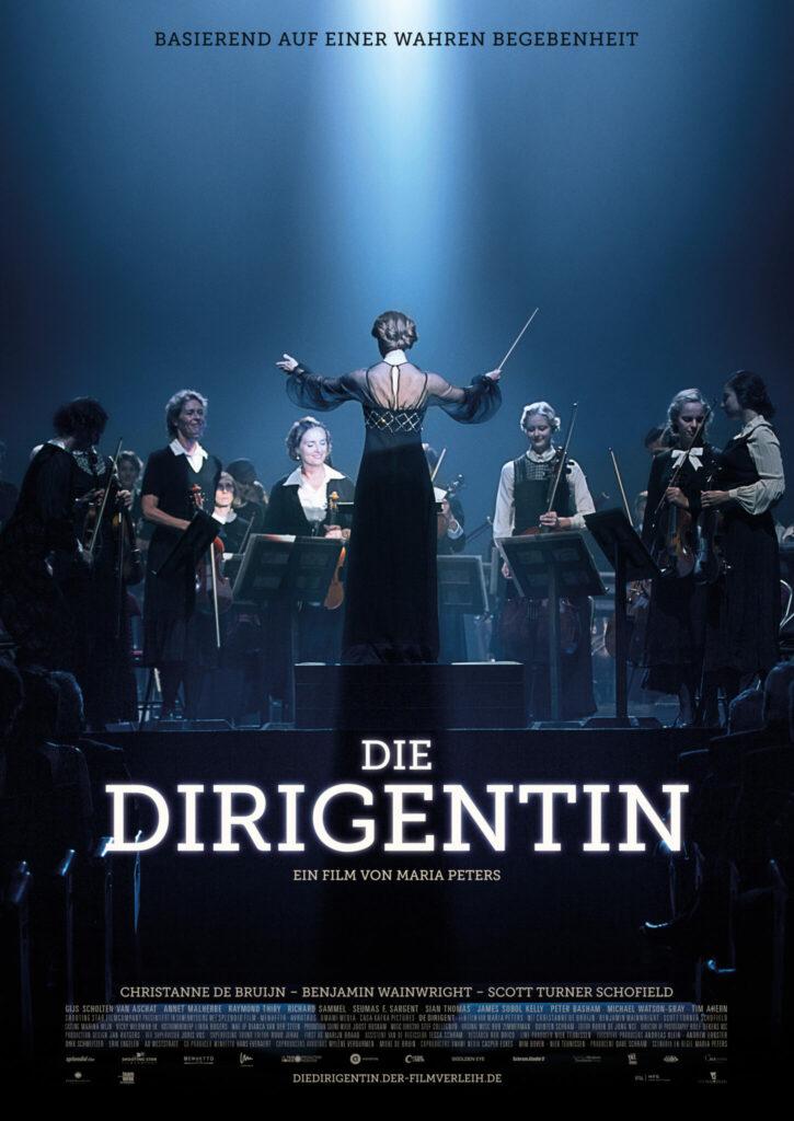 Auf dem Plakat von DIe Dirigentin steht die Hauptfigur mit dem Rücken zu uns gekehrt in der Mitte und dirigiert das Orchester vor ihr.